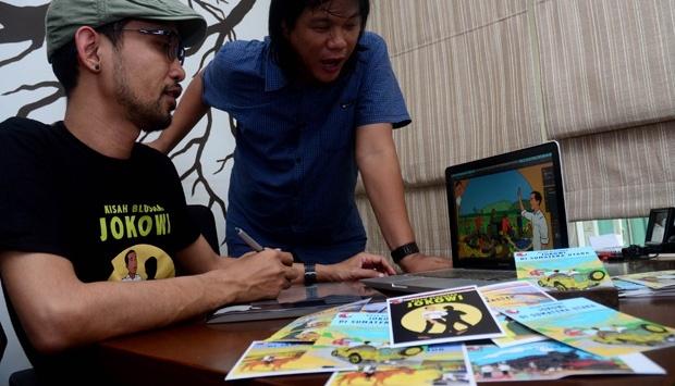 (Ki-ka) Kartunis Hari Prast dan Yoga Adhitrisna tengah membuat komik Tintin versi Jokowi Blusukan dikantornya di kawasan Kebayoran Baru, Jakarta, 18 Juni 2014. TEMPO/Nurdiansah
