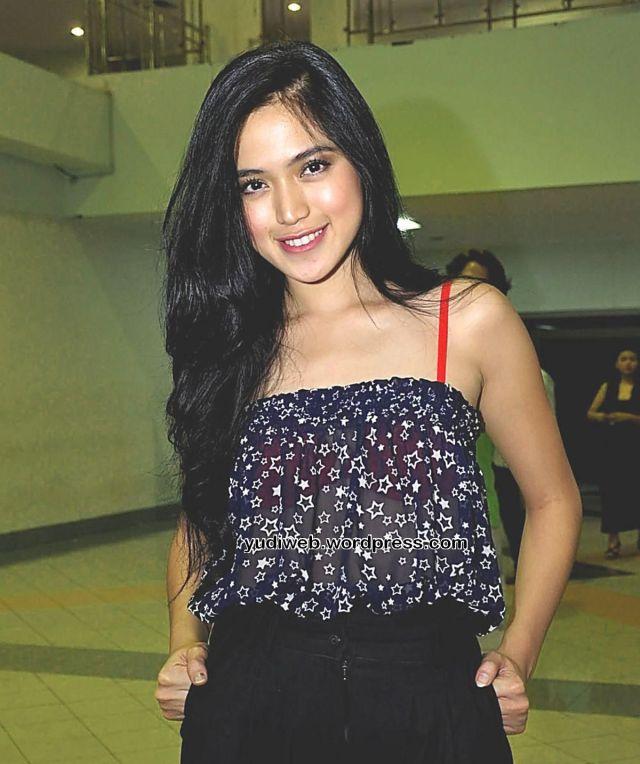 Gaun Tembus Pandang Jessica Iskandar 01