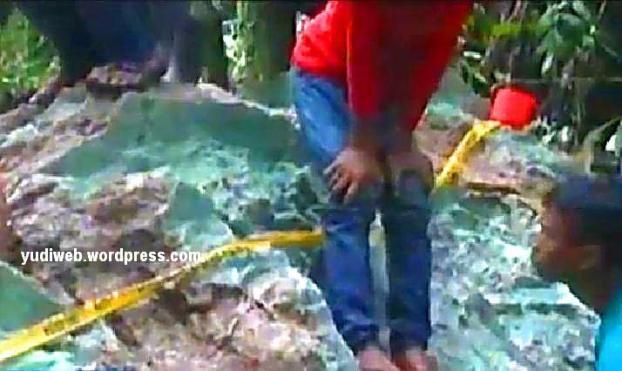 Giok Aceh yang ditemukan di hutan dan diperkirakan seberat 20 ton, sempat diambil beberapa bagiannya oleh warga.