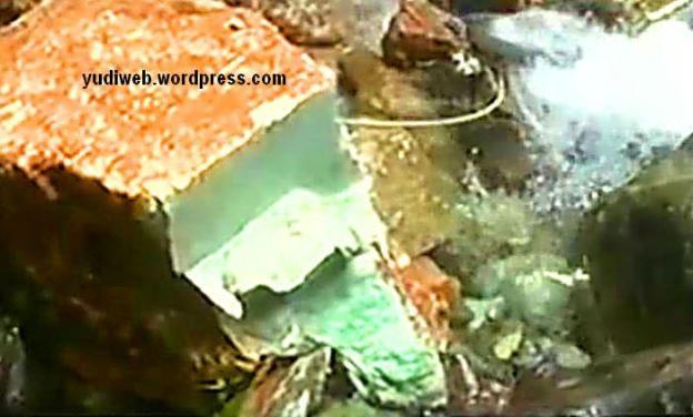 Penampakan lapisan dalam Batu Giok Aceh yang ditemukan di hutan dan diperkirakan seberat 20 ton.