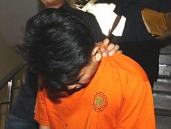 Tersangka berinisial RA (memakai baju tahanan) ditunjukkan saat rilis di Mapolres Jakarta Selatan, Sabtu (9/5/2015). Polres Jakarta Selatan mengungkap prostitusi via medsos untuk kalangan kelas atas dengan tersangka RA sebagai mucikari dan saksi AA sebagai PSK, dengan tarif Rp 80 juta hingg Rp 200 juta. TRIBUNNEWS/HERUDIN.